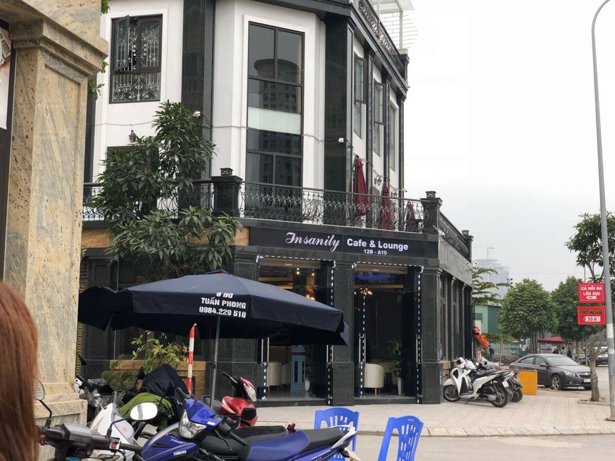 Insanity Coffee & Lounge treo biển cà phê để kinh doanh bóng cười trái quy định