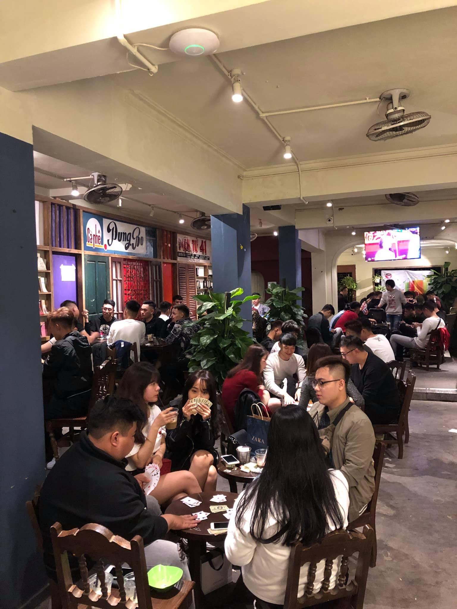 Cửa hàng Aha cafe luôn đông nghịt khách, thu hút giới trẻ.