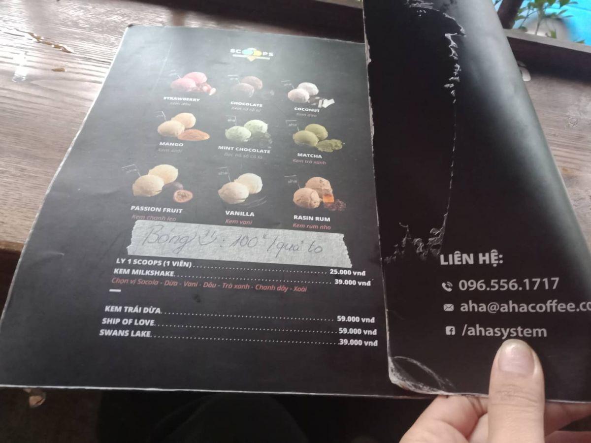 Niêm yết giá bán trên menu của cửa hàng Aha cafe.