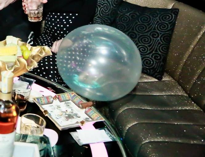 Bóng cừoi được bán công khai trong quán bar Infinity số 45 Hàng Bài
