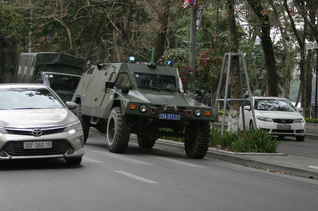 Hà Nội: Đường phố khác lạ trong ngày ra quân trước Hội nghị Thượng đỉnh Mỹ - Triều Tiên - Ảnh 2.