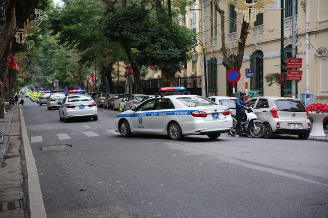 Hà Nội: Đường phố khác lạ trong ngày ra quân trước Hội nghị Thượng đỉnh Mỹ - Triều Tiên - Ảnh 4.