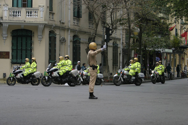 Hà Nội: Đường phố khác lạ trong ngày ra quân trước Hội nghị Thượng đỉnh Mỹ - Triều Tiên - Ảnh 7.