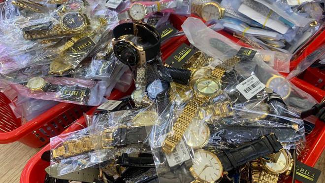 Thu giữ hàng ngàn đồng hồ giả, nhái các thương hiệu nổi tiếng thế giới.