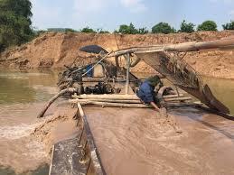 """Phú Thọ: Nông dân tập trung """"tố"""" doanh nghiệp khai thác cát gây sạt lở bờ sông."""