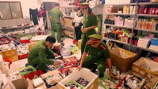 Nghệ An: Phát hiện cơ sở sản xuất 10.000 chai, lọ giả nhãn hiệu mỹ phẩm nổi tiếng
