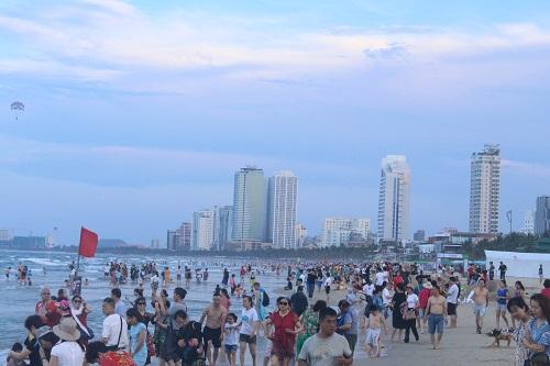Biển Đà Nẵng đông nghịt du khách trong ngày đầu nghỉ lễ 30/4 -1/5 - Ảnh 1