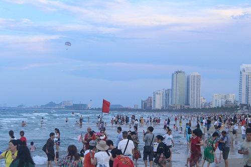 Biển Đà Nẵng đông nghịt du khách trong ngày đầu nghỉ lễ 30/4 -1/5 - Ảnh 3