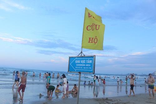 Biển Đà Nẵng đông nghịt du khách trong ngày đầu nghỉ lễ 30/4 -1/5 - Ảnh 4