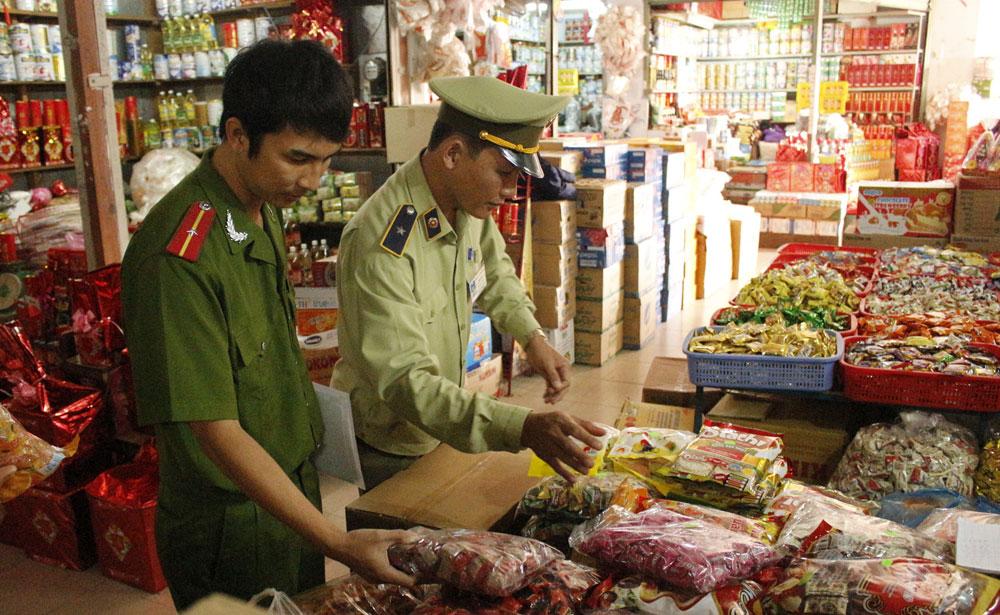 Các đơn vị chức năng có liên quan của Bộ, ngành khác kiểm tra, hậu kiểm về an toàn thực phẩm trong các dịp cao điểm. (Ảnh TL)