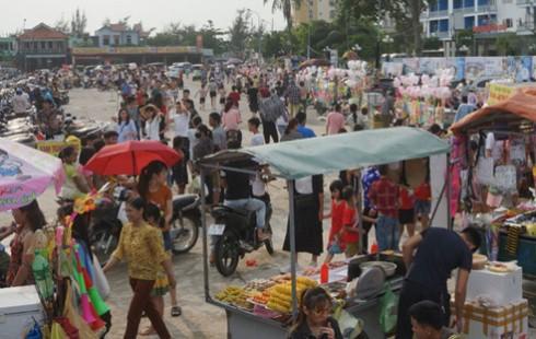 Nhốn nháo hàng rong khu vực biển Hải Tiến, Thanh Hóa