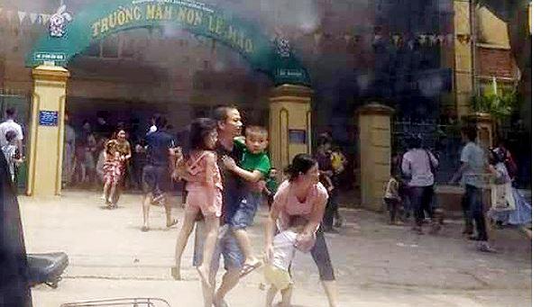 Cháy trường mầm non, người dân phá cổng cứu hàng trăm trẻ