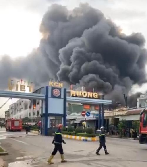 Bình Dương: Đang cháy lớn trong khu công nghiệp, nhiều công nhân tháo chạy tán loạn