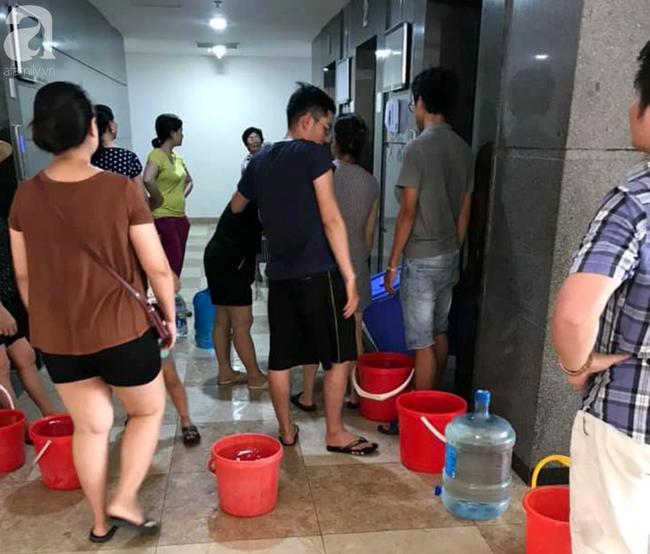 Hà Nội: Gần 10.000 cư dân bức xúc khi phải chờ đợi xách từng xô nước trong 3 ngày liên tiếp
