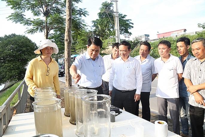 Chủ tịch UBND TP Hà Nội kiểm tra việc thử nghiệm làm sạch sông Tô Lịch
