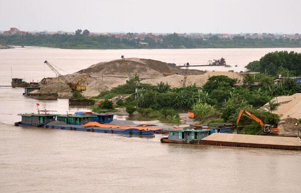 Hà Nội: Giải toả bến bãi tập kết VLXD trái phép, cản trở dòng chảy lòng sông mùa mưa bão