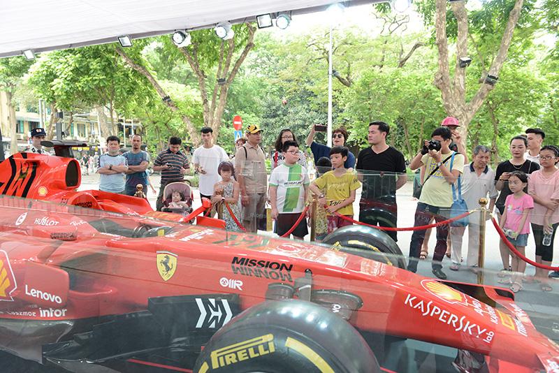 Chiêm ngưỡng siêu xe F1 Ferrari tại Hồ Gươm - Hà Nội
