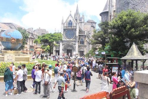 Đà Nẵng: Đông nghịt du khách trên đỉnh Bà Nà