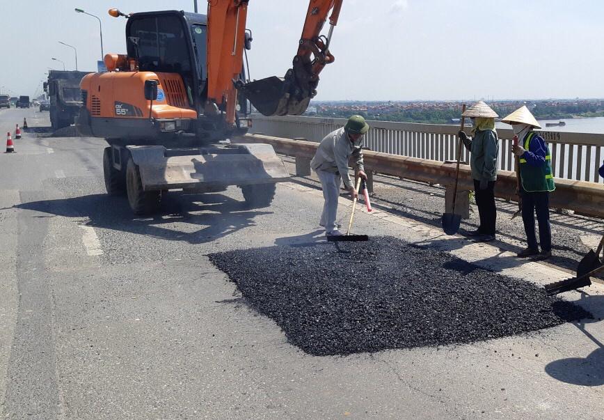 Tiếp tục sửa chữa mặt cầu Thăng Long