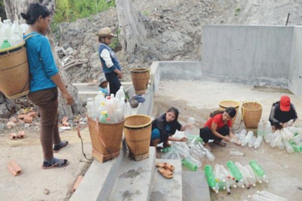 Quảng Nam: Nắng hạn kéo dài, người dân vượt rừng cả cây số gùi từng can nước