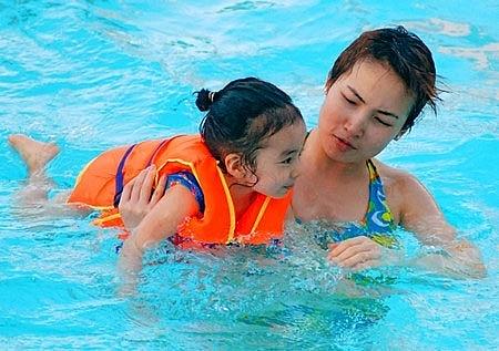 Những điểm lưu ý khi cho trẻ đi bơi, bố mẹ cần nhớ