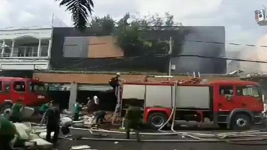 TP.HCM: Cháy lớn ở 2 công ty và nhà dân, nhiều người hoảng hốt tháo chạy