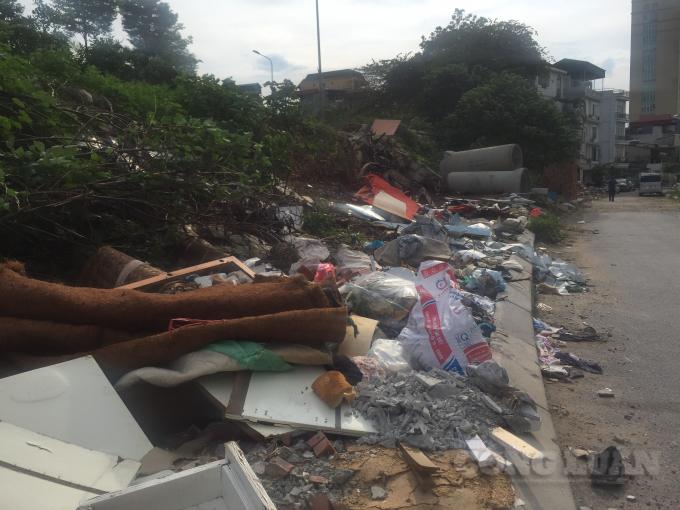 Hà Nội: Khu vực cầu vượt Hoàng Hoa Thám - Văn Cao ngập ngụa rác thải