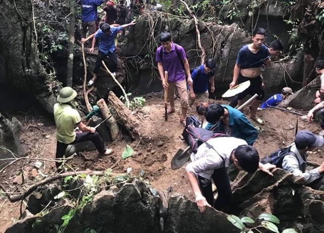 Yên Bái: Hàng trăm người dân thất vọng về nhà sau nhiều ngày xẻ núi tìm đá quý