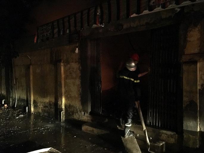 Hà Nội: Giải cứu 2 người mắc kẹt trong đám cháy lúc rạng sáng