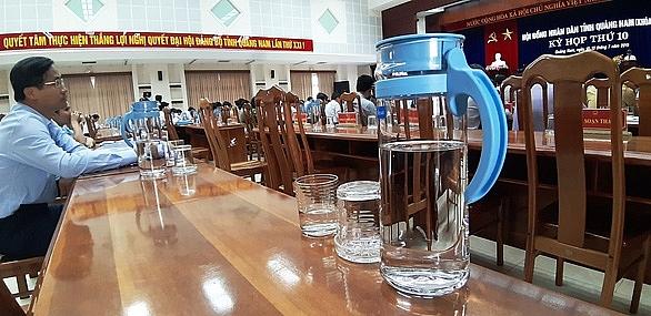 Dùng bình thuỷ tinh thay thế chai nhựa trong các kỳ họp
