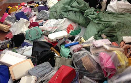 Lạng Sơn: Thu giữ lô hàng lớn túi xách giả nhãn hiệu Adidas và Nike
