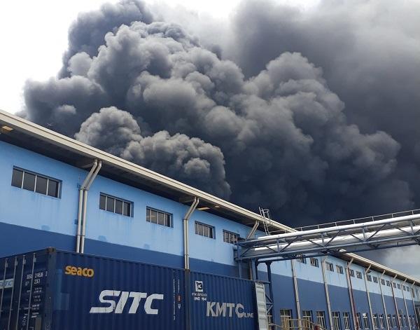 Bình Dương: Cháy nhà xưởng, hàng trăm công nhân tháo chạy tán loạn