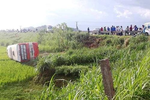 Nghệ An: Xe buýt mất lái lao xuống ruộng, nhiều người thương vong