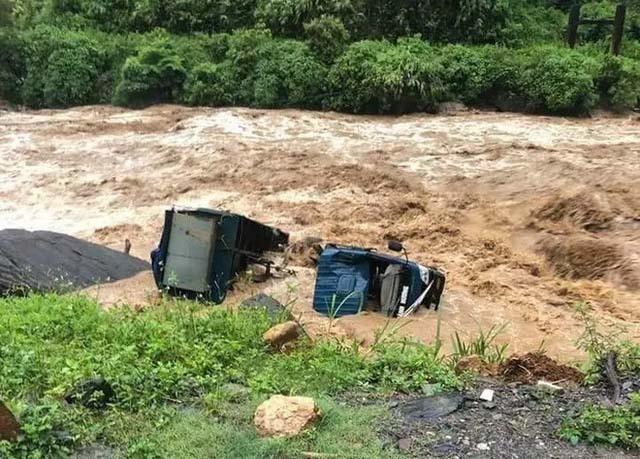Yên Bái: Mưa lũ lớn đổ về, nhấn chìm cả ô tô, máy xúc