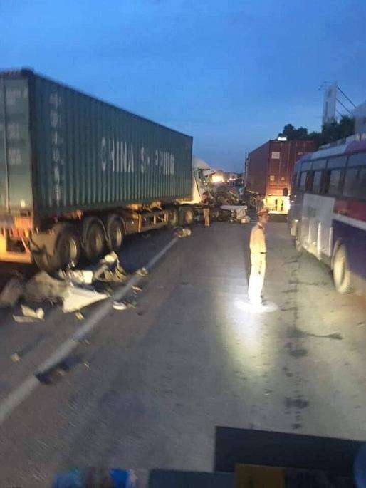 Hải Dương: Xe container nổ lốp, bung đầu xe trên Quốc lộ 5 vào sáng sớm