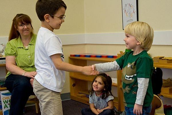 Một số cách giúp trẻ phát triển kỹ năng giao tiếp tốt hơn