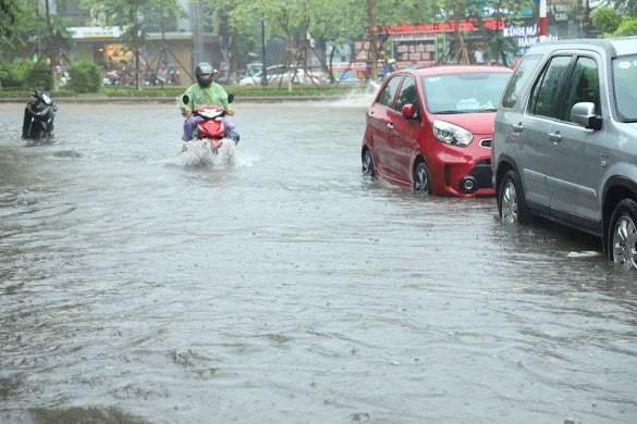Hà Nội mưa lớn, nhiều tuyến đường ngập trong biển nước