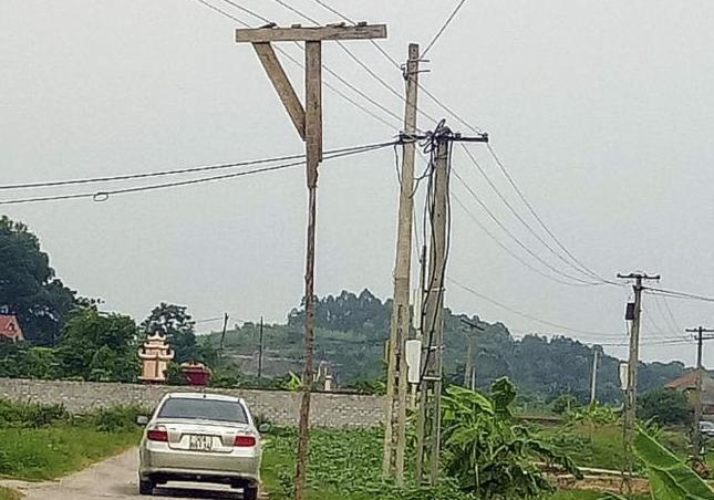 Cột gỗ do người dân làm đặt ngay trên mặt đường rất nguy hiểm