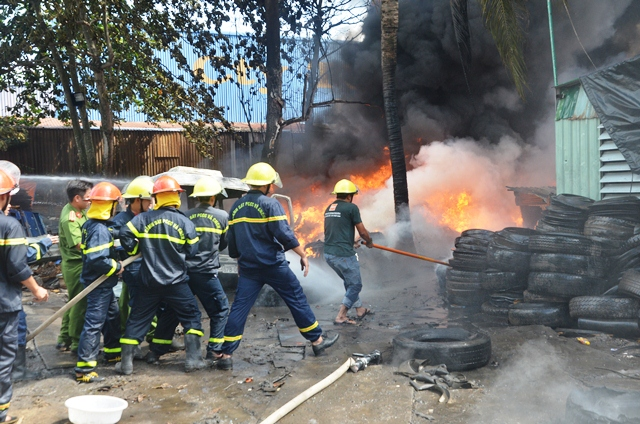 An Giang: Cháy lớn tại kho phế liệu lốp xe