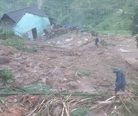 Mưa lớn gây sạt lở ở Hà Giang khiến 4 người thương vong, 5 con trâu bị sét đánh chết - Ảnh 1