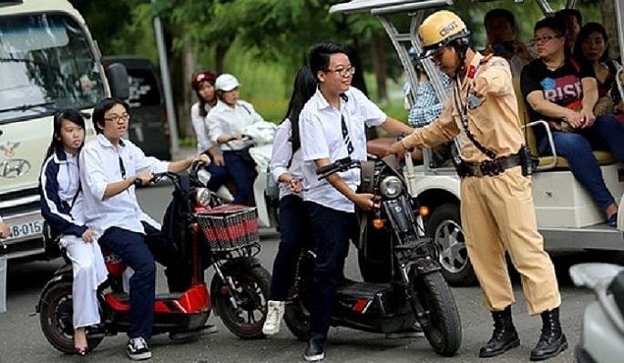 Hà Nội: Đẩy mạnh kiểm tra, xử lý vi phạm không đội mũ bảo hiểm khi đi xe máy, xe đạp điện