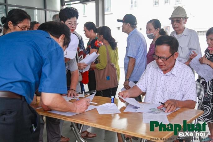 Người thuộc diện ưu tiên phấn khởi đi làm thẻ xe bus miễn phí ở Hà Nội