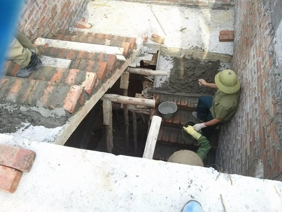 Những người thợ xây đang thi công cầu thang cho 1 ngôi nhà tại Hà Nội
