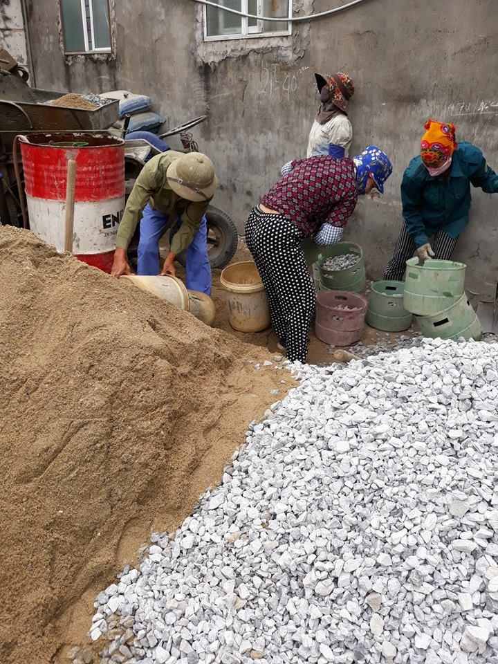 Những người phụ nữ làm phu hồ chuyển vật liệu, gạch đá, đảo hồ... cho các công trình xây dựng