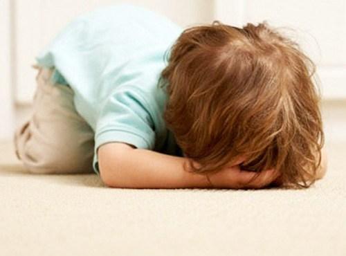 Dù trẻ có ăn vạ, hờn lẫy, quậy phá thế nào cha mẹ cũng tuyệt đối mặc kệ cho tới khi trẻ tự dừng hành vi ăn vạ lại