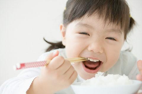 Hãy rèn luyện trẻ từ bé khi ăn cơm là phải ngồi ghế ăn và tuyệt đối tránh dỗ dành đưa trẻ đi ăn rong