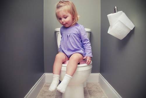 Cách xử lý khi trẻ đòi đi vệ sinh ở nơi công cộng