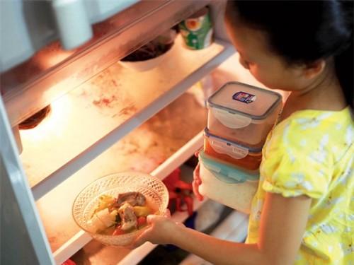 Trẻ phải có khả năng nhận biết các loại thức ăn sống, chín, còn ăn được hay đã hỏng ...