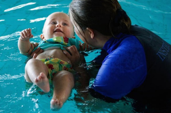 Biết bơi là kỹ năng tối cần thiết của trẻ. Nó sẽ giúp trẻ an toàn trong nhiều tình huống bất ngờ.