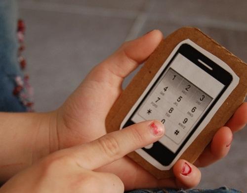 Hãy tập cho bé ghi nhớ ít nhất một số điện thoại của người thân và dạy trẻ cách thực hiện cuộc gọi khi cần thiết